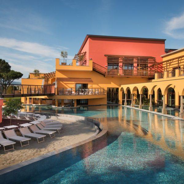 Asmana Wellness Center a Firenze: Piscina e struttura esterna